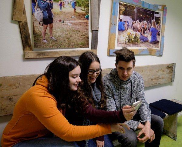 JUUUPORT-Schulung Jungendliche mit Handy 10-02-2018