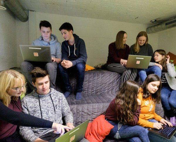 JUUUPORT-Schulung Jugendliche mit Laptop 10-02-2018
