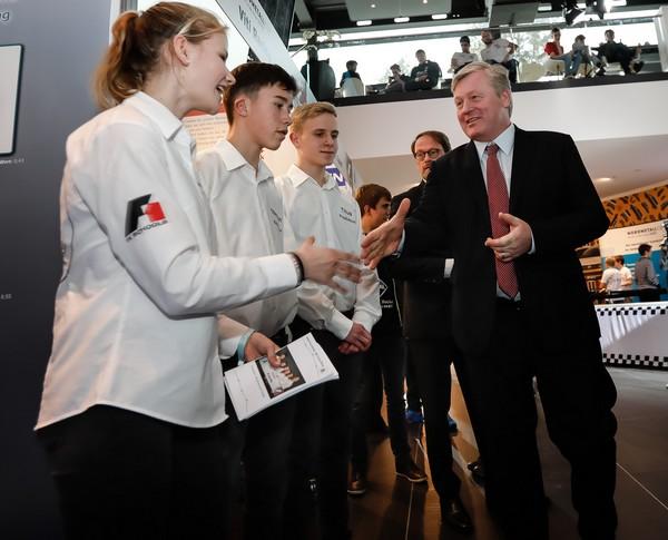 Bernd Althusmann begrüßt das Team Wi vom Dörp