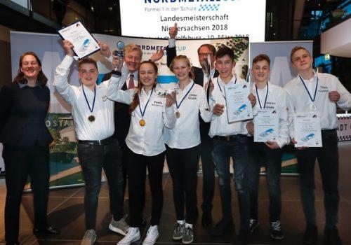 Minister Althusmann übergibt Wi vom Dörp den Pokal